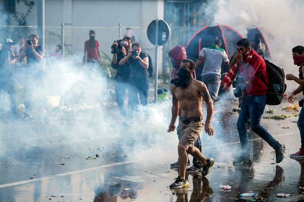 Poliisi käytti vesitykkejä pakolaisia vastaan.