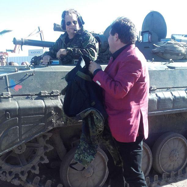 Jethro Rostedt saapui näyttävästi panssarivaunulla juhliin noin puoli viideltä lauantaina.