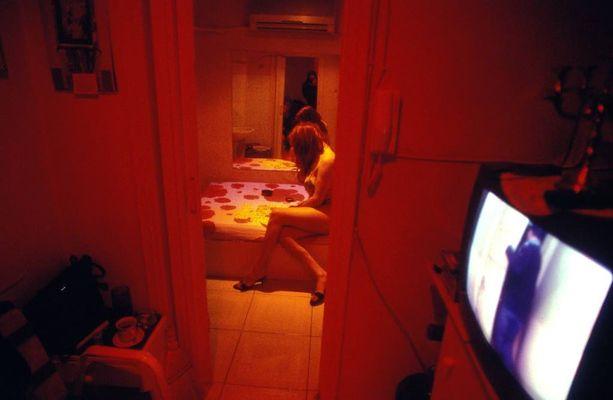 Vaikka prostituutio on laillista Kreikassa, harvoilla bordelleista on toimilupia. Kuva ateenalaisesta bordellista heinäkuulta 2014.