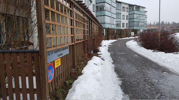 Asunto Oy Linnanherra Tampereen Linnainmaalla on rakennettu 2009 ja taloja on kolme rinnakkain. Yksi on senioritalo, johon on myös ambulanssiajoa, yksi on Sato:n vuokratalo ja kolmas on Linnanrouva osaketalo.