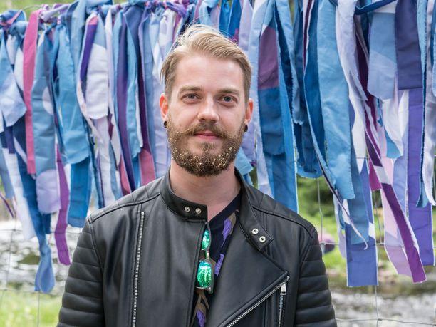 """Asko Agge, 25, Tampere: """"Huomasin leirintäalueella, että joillakin oli glittervärejä mukana. Sanoin, että todellakin minäkin haluan partaan väriä. Ei minulla ole koskaan aiemmin ollut glitteriä, mutta nyt ajattelin, että pitää saada festarimeininkiä. Ja tein tämän toki myös tyttökaverin mieliksi!"""""""
