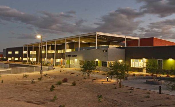 Zamora oli opettajana Las Brisas Academy Elementary Schoolissa Goodyearin kaupungissa Arizonassa.