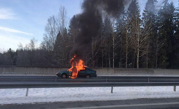 Ryöstäjät sytyttivät yhden auton palamaan ja pakenivat paikalta.