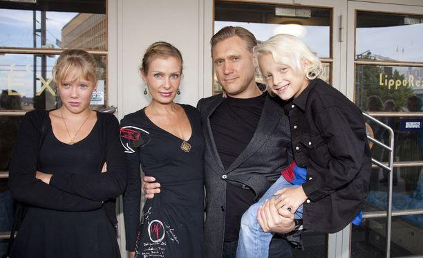 Tie pohjoiseen -elokuvan ensi-illassa nähtiin koko perhe vuonna 2012.