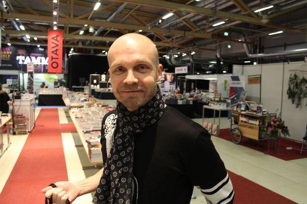 Laulaja Juha Tapio edusti hyväntuulisena Jyväskylän kirjamessuilla.