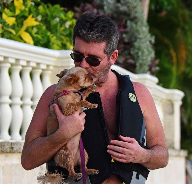 Simon Cowell pusutteli koiraa.