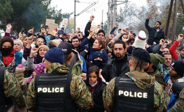 Turvapaikanhakijat protestoivat maahantulokieltoa vastaan Kreikan ja Makedonian välisellä rajalla lauantaina.