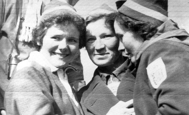 Siiri Rantanen (keskellä) ratkaisi Cortinan viestikullan. Vasemmalla Sirkka Polkunen, oikealla Mirja Hietamies.