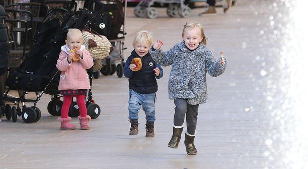 Kaikki kolme lasta ovat vaaleahiuksisia.