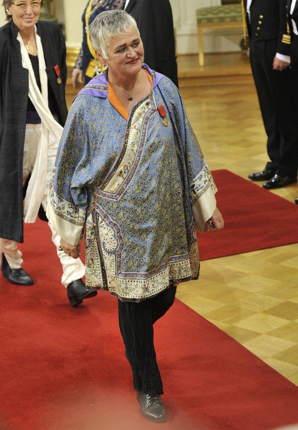 Pirkko Saisio päätti juhlistaa itsenäisyyspäivää housuissa. Kirjailija pysyi asuvalinnallaan tyylilleen uskollisena, mutta rikkoi karkeasti pukeutumis-etikettiä.