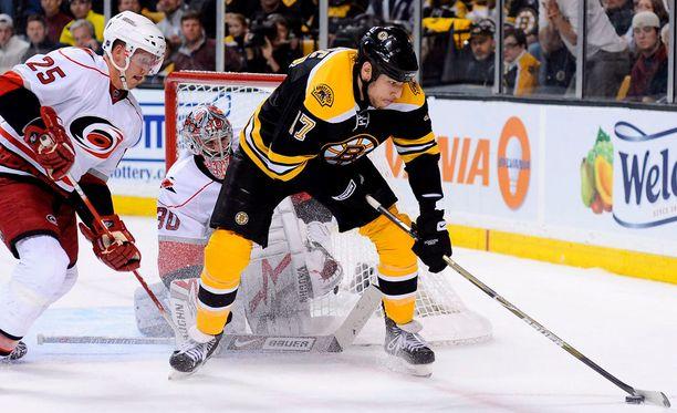 Carolina Hurricanesissa kiekkoillut Joni Pitkänen (vas.) pelasi NHL:ssä yli 500 runkosarjaottelua.