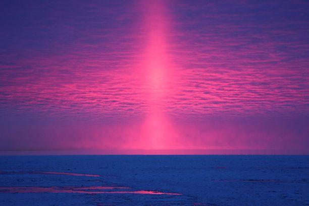 Hannu Elomaan kuvassa näkyy auringonpilari.