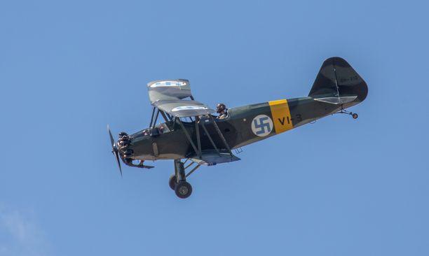Hakaristisymbolia on käytetty Suomen ilmavoimissa vuodesta 1918 lähtien. Kuvassa vuoden 1939 VL Viima -kone, jota ilmavoimat käytti 1930-luvun lopulta 1950-luvun loppuun.