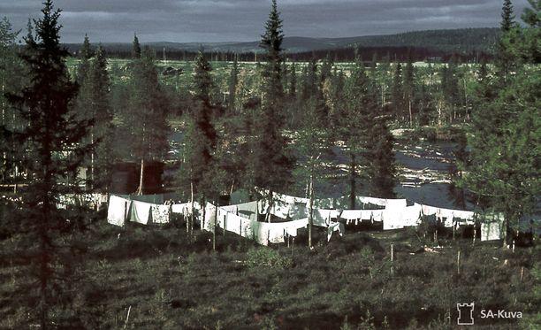 Kenttäsairaalan pyykki kuivui alkusyksyn tuulessa Tuntsajoen rannalla Sallan Alakurtissa.
