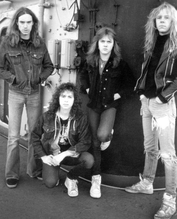 Metallican jäsenet Cliff Burton, Kirk Hammett, Lars Ulrich, sekä James Hetfield kuvattuna vuonna 1986 vain muutama kuukausi ennen traagista onnettomuutta.