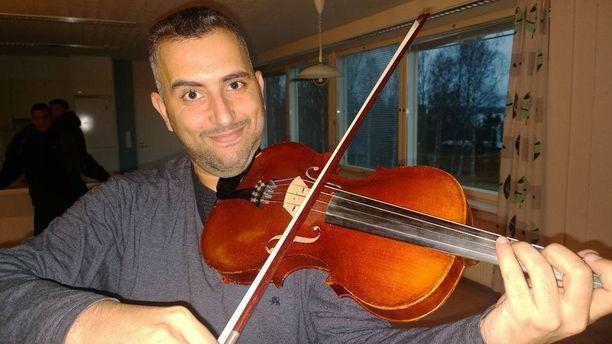 Bagdadin Sinfoniaorkesterin alttoviulisti Samer Saad sai lainaksi viulun ja pukeutuu lahjaksi saatuun mustaan pukuun sunnuntaina, kun hän soittaa suomalaisille Kangasala-salissa Sibeliusta.
