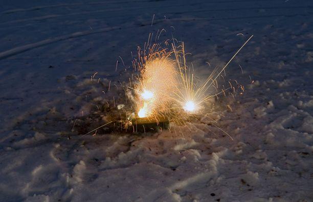 Pelastuslaitos muistuttaa, että raketit ja muut tulitteet pitää ampua tukevalta alustalta.
