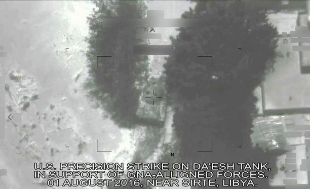 Yhdysvaltain puolustusministeriön julkaisema kuvakaappaus videosta, jolla näkyy Yhdysvaltain elokuun alussa tekemä ilmahyökkäys Isis-terroristijärjestöä vastaan.