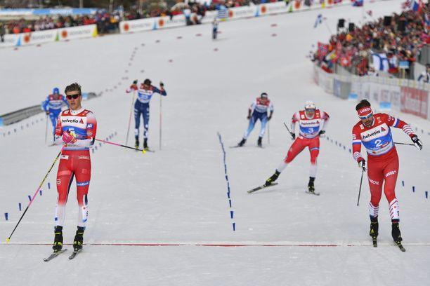 Johannes Kläbo (vasemmalla) voitti sprintin MM-kultaa. Kirikamppailussa kaatui Federico Pellegrino.