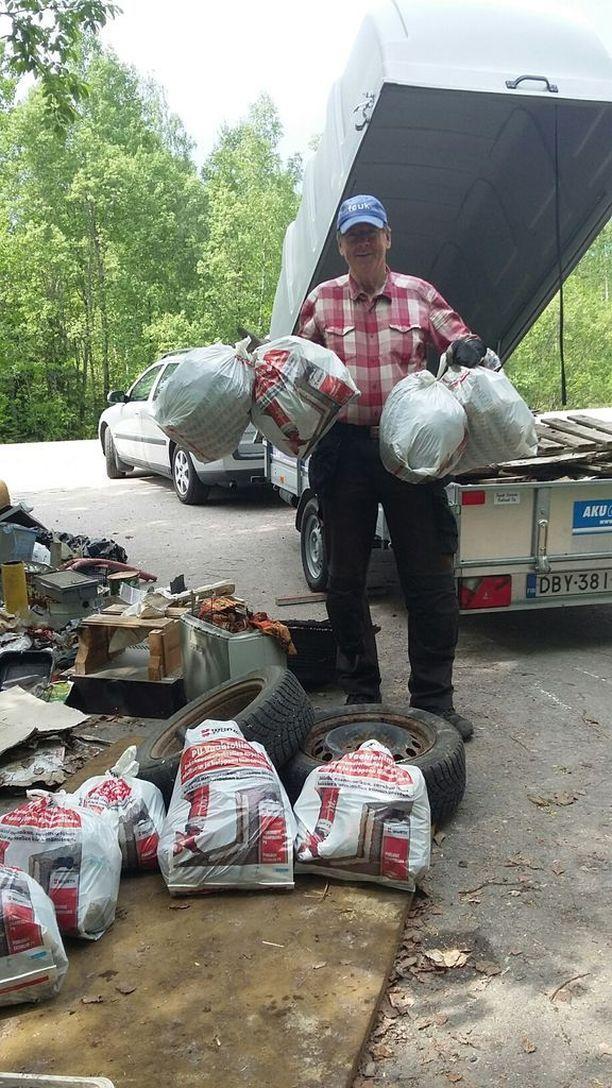 Ilkka Erkkilä lastasi kaksi peräkärryä täyteen metsästä löytynyttä jätettä.