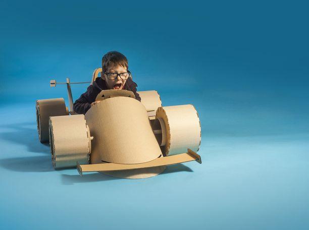 Pahvilaatikosta voi tulla vaikka formula-auto - joko askarrellen tai kuvitellen.