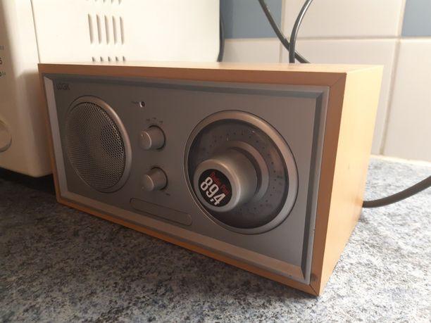 Porilaiset ystävykset hämmentyivät tämän radiovastaanottimen ääressä.