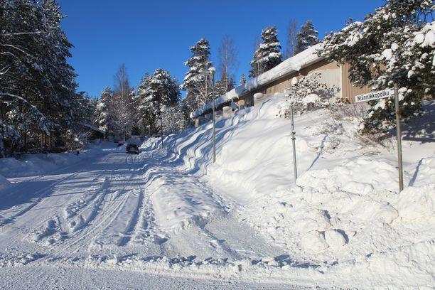 Jyväskylässä lunta on joissain paikoissa katukäytävällä asti.