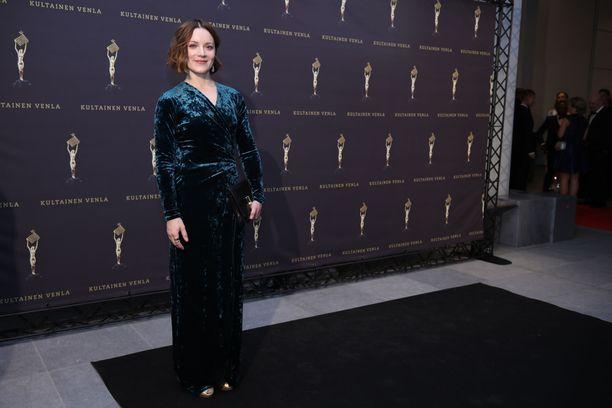 Näyttelijä Elena Leeve luotti samettiin.