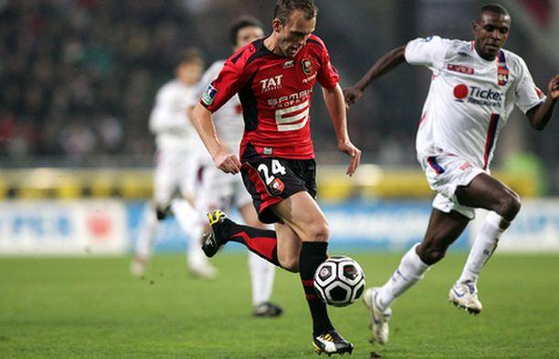 Lyon joutui taipumaan Rennesille vieraissa. Kuvassa Rennesin Olivier Sorlin (vas.) ja Lyonin Eric Abidal.