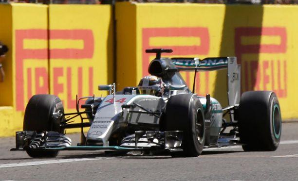 Tuomarit tutkivat, voittiko Lewis Hamiltonin auton renkaiden ilmanpaineita.