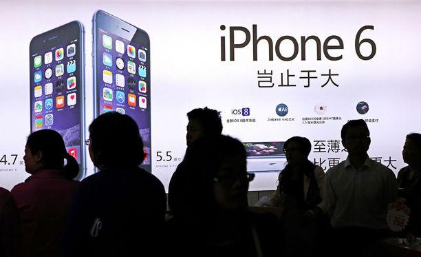 Apple on vähätellyt uusien iPhone 6 -puhelinten taipumisongelmaa, josta monet asiakkaat ovat valittaneet.