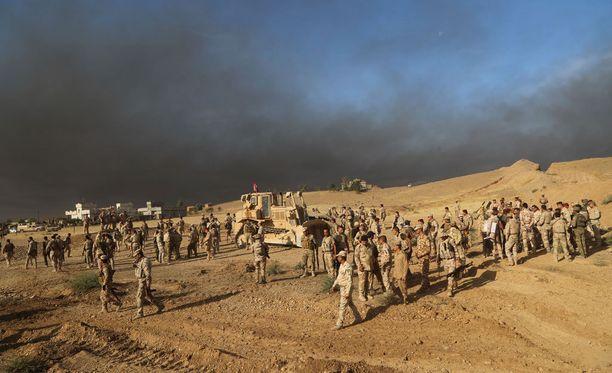 Irakin armeijan joukot valmistautuivat torstaina iskuun Isisiä vastaan Mosulin lähettyvillä.