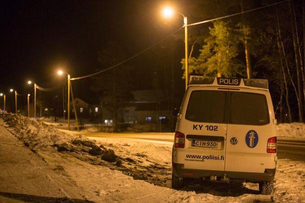 Pyhällön kylä sijaitsee valtatien varressa 25 kilometrin päässä Haminasta.