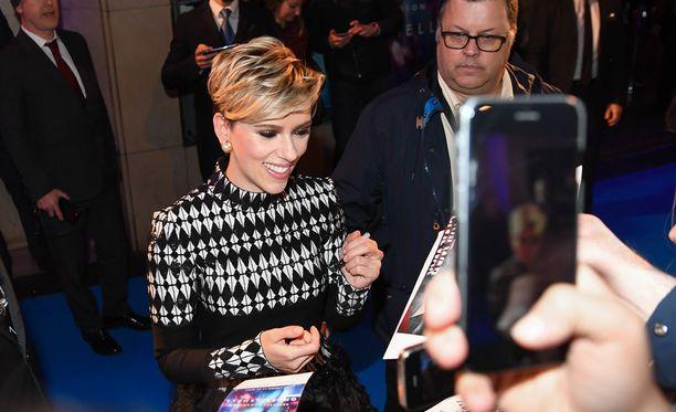 Hollywood-tähti jakoi nimikirjoituksia faneilleen.