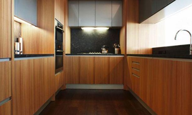 Keittiön kaapistoissa on käytetty lämpimänsävyistä puuta.