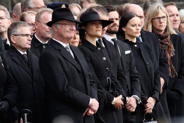 Helsingin kaupunginjohtaja Jussi Pajunen seisoi tilaisuudessa heti kuningasperheen takana.