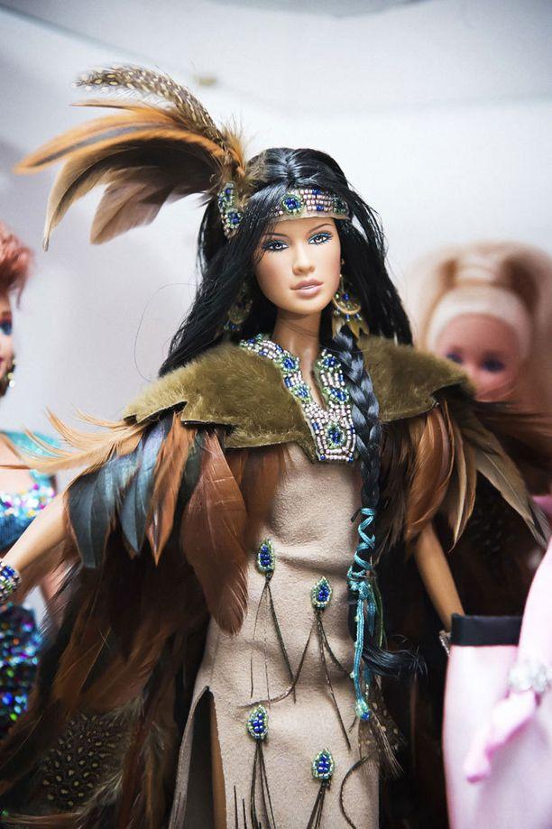 Wind Rider, intiaaniprinsessa, on Ursulan mielestä kokoelman suosikkinukke. Kasvot ovat täyttä tyyneyttä, upeutta ja viisautta.