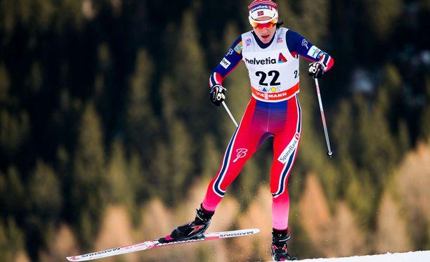Heidi Weng keuhkosi Stina Nilssonille eilisten sprinttien jälkeen.