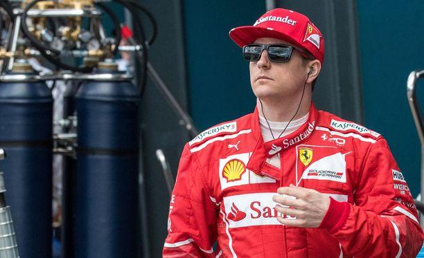 Kimi Räikkösellä on kirittävää suosituimman F1-kuljettajan äänestyksessä.