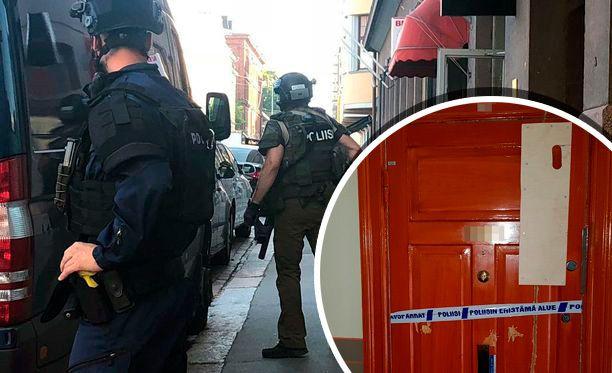 Poliisi käytti operaatiossa järeää varustusta. Tapahtumapaikka on eristetty
