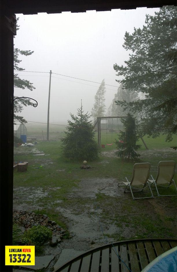 Liedossa myrsky katkaisi sähköt.