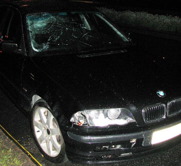 Tyttö paiskautui päin BMW:n tuulilasia, joka painautui sisäänpäin iskun voimasta.