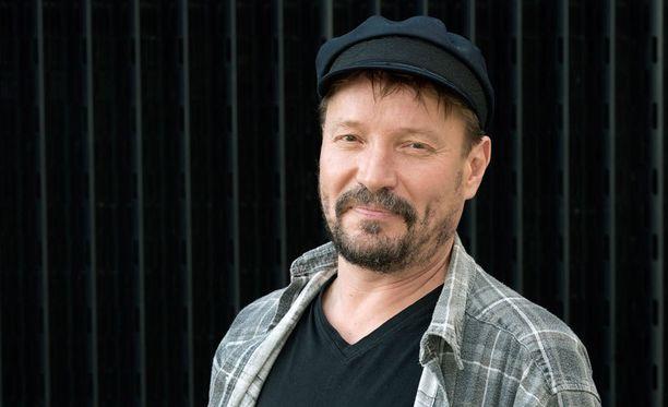 Pauli Hanhiniemi on nähty myös supersuositussa Vain elämää -ohjelmassa.