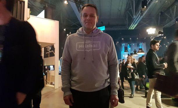 Helsingin pormestari Jan Vapaavuori saapui tapahtumaan huppari päällä.