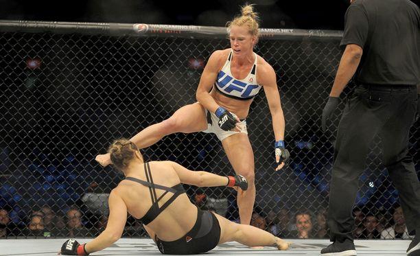 Holly Holm tyrmäsi Ronda Rouseyta päähän osuneella potkulla ottelun toisessa erässä.