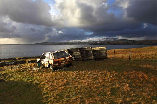 Unodettu auto ruostuu Sandwickissä Shetlannin saarilla.