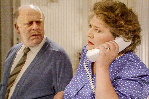 """Hyacinthin on parasta aina itse vastata puhelimeen, sillä """"soittaja on todennäköisesti joku todella tärkeä."""" Yleensä langan päässä on Violet-sisar: tiedättehän hän, jolla on iso talo, Mercedes, uima-allas ja sauna."""
