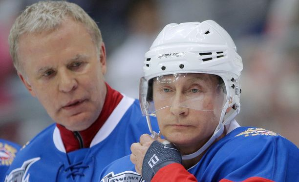 Vjatsheslav Fetisov pelasi toukokuussa höntsykiekkoa Vladimir Putinin kanssa.