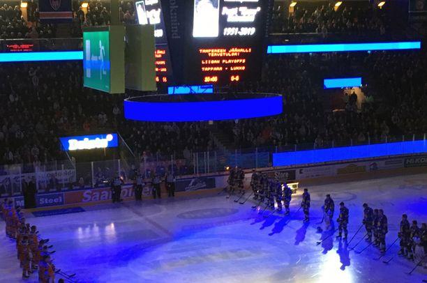 Pertti Koivulahden muistoa kunnioittaen vietettiin hiljainen hetki ennen perjantain ottelun alkua.