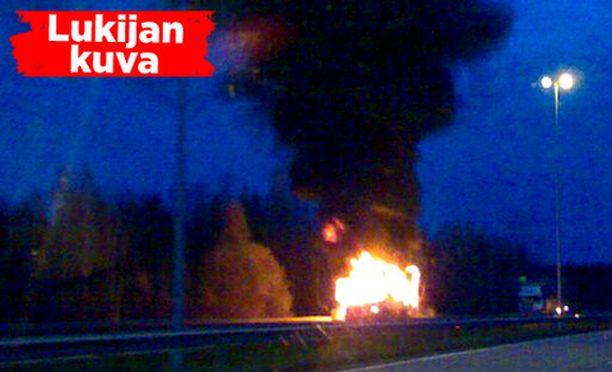 Samaan suuntaan ajaneet rekka ja kuorma-auto törmäsivät Turunväylällä Veikkolan lähellä.